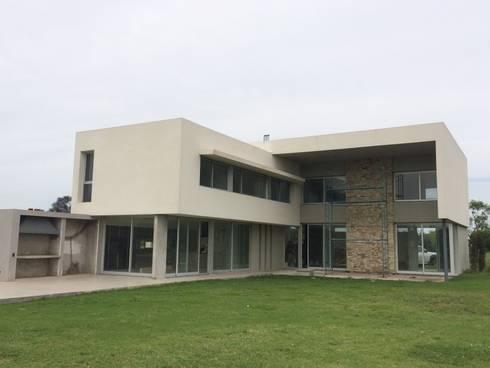 kc 335: Casas de estilo moderno por costa & valenzuela