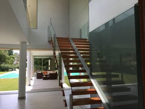 kc 123: Salas de estilo moderno por costa & valenzuela