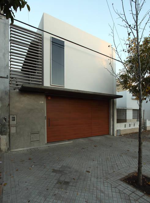 F 2400: Casas de estilo minimalista por costa & valenzuela