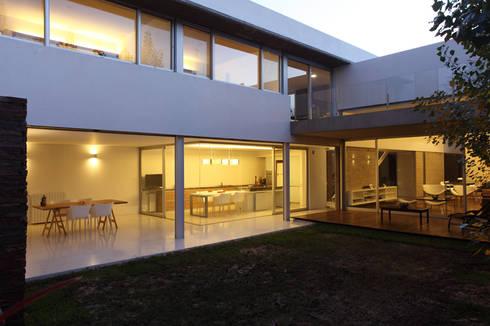 F 2400: Casas de estilo moderno por costa & valenzuela