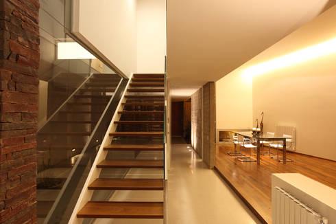 F 2400: Salas de estilo minimalista por costa & valenzuela