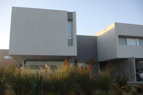 C130: Casas de estilo minimalista por costa & valenzuela