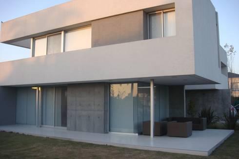 C130: Casas de estilo moderno por costa & valenzuela