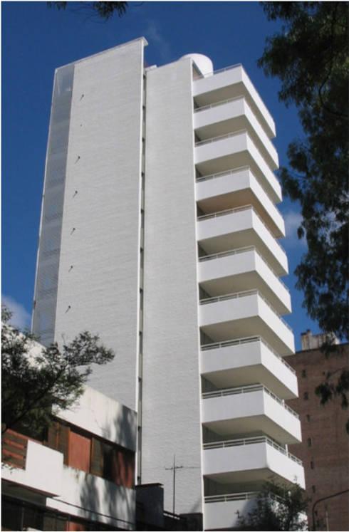 Edificio Moreno I: Casas de estilo moderno por costa & valenzuela