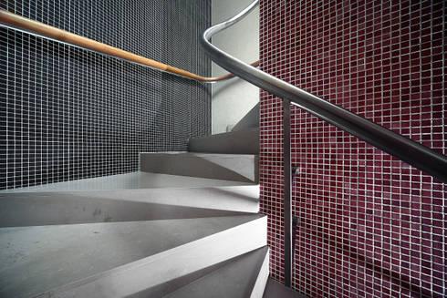 Remodelação de Edifício em Escritórios:   por Albertina Oliveira-Arquitetura Unipessoal Lda