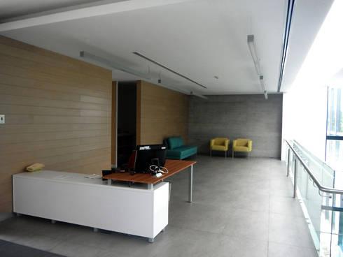 ISQUISA - MAC Arquitectos Consultores: Pasillos y recibidores de estilo  por MAC Arquitectos Consultores