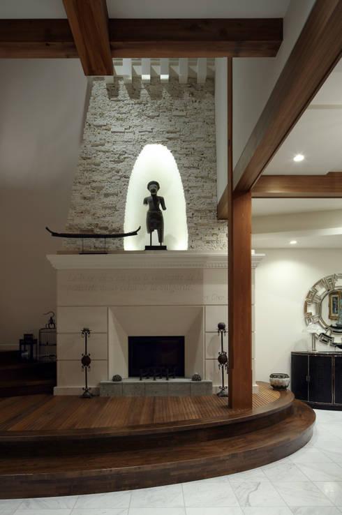 暖炉: 株式会社井蛙コレクションズが手掛けた壁&床です。
