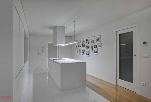Vista geral cozinha: Cozinhas modernas por B.loft