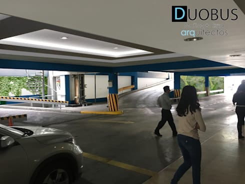 estacionamiento 1: Garajes de estilo moderno por DUOBUS M + L arquitectos