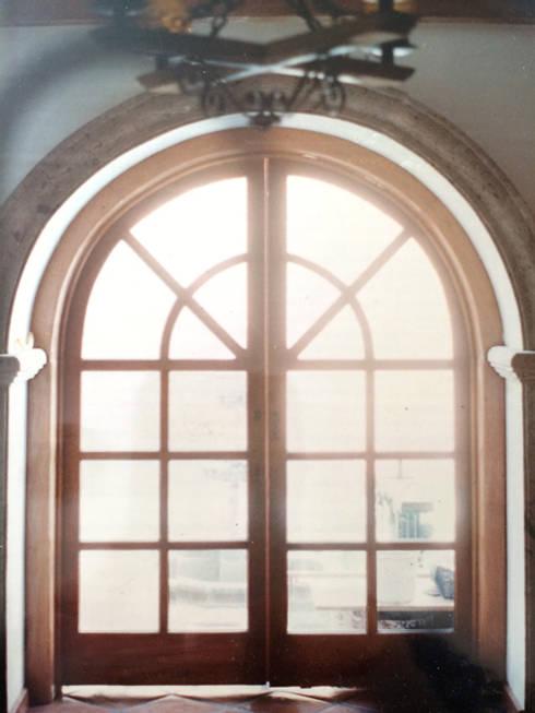 Vantanal de Madera: Ventanas de estilo  por Base-Arquitectura
