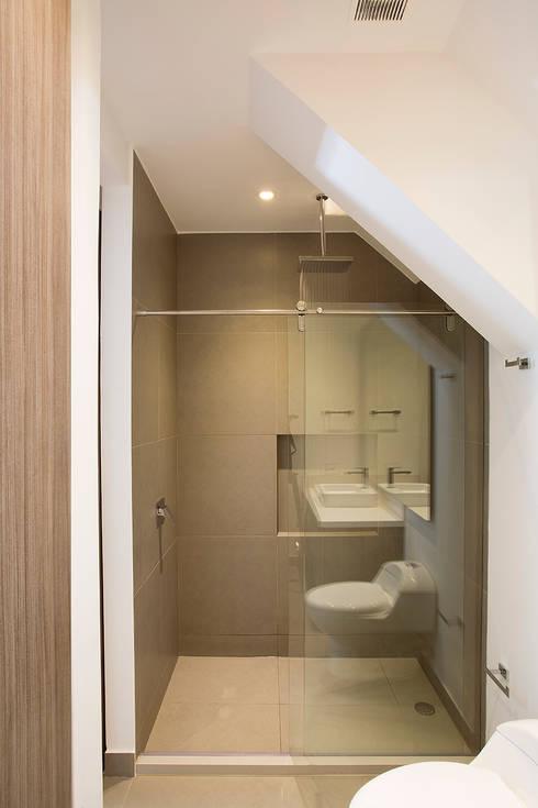 Apto Cr 12 - Cll 102: Baños de estilo  por Bloque B Arquitectos