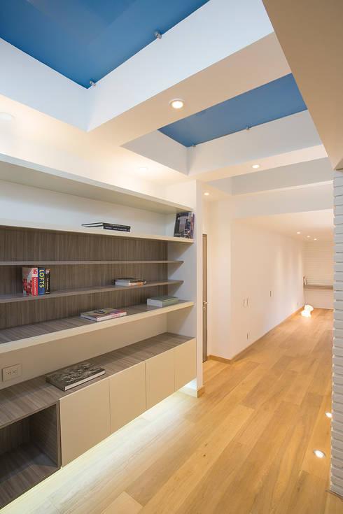 Apto Cr 12 - Cll 102: Pasillos y vestíbulos de estilo  por Bloque B Arquitectos