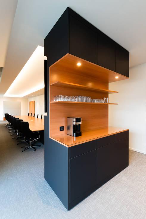 Multifunktionsmöbel:  Bürogebäude von boehning_zalenga  koopX architekten