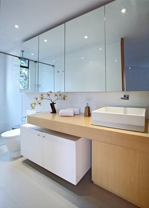Apto Cr 1 - Cll 74: Baños de estilo moderno por Bloque B Arquitectos