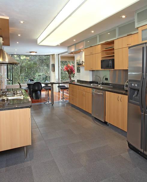 Apto Cr 1 - Cll 74: Cocinas de estilo minimalista por Bloque B Arquitectos