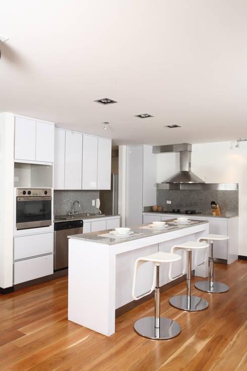 Apto Cr 3 - Cll 74 : Cocinas de estilo moderno por Bloque B Arquitectos