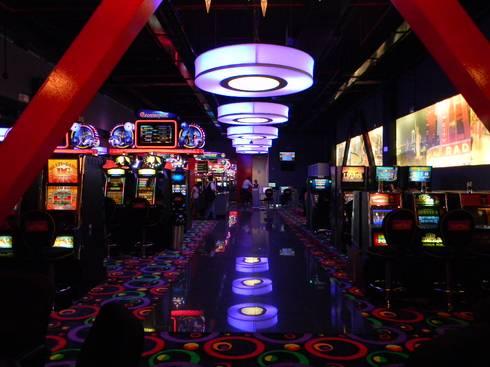 Casino NEW YORK – Centro Comercial CALIMA : Espacios comerciales de estilo  por Bloque B Arquitectos