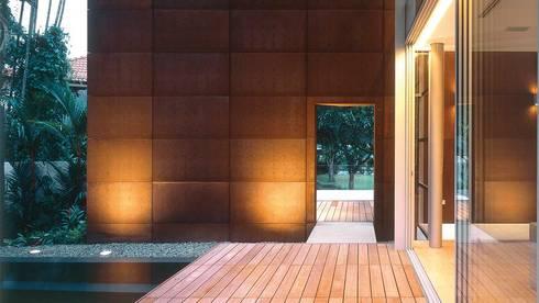 Whitehouse Park:  Corridor, hallway by HB Design Pte Ltd