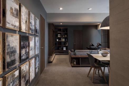 FAMILY ROOM: Pasillos y recibidores de estilo  por hpernett