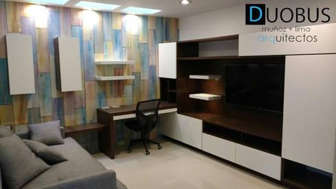 sala tv.: Salas de estilo moderno por DUOBUS M + L arquitectos