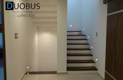escalera.: Pasillos y recibidores de estilo  por DUOBUS M + L arquitectos