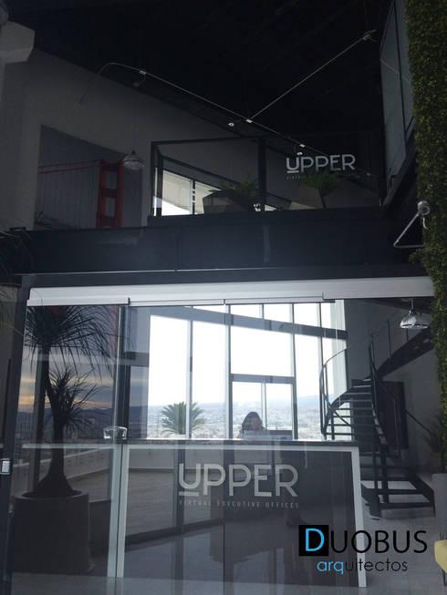 acceso oficinas.: Estudios y oficinas de estilo moderno por DUOBUS M + L arquitectos