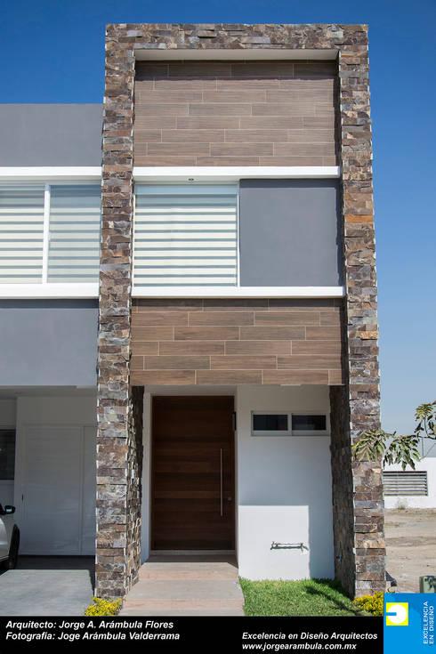 FACHADA: Casas de estilo minimalista por Excelencia en Diseño