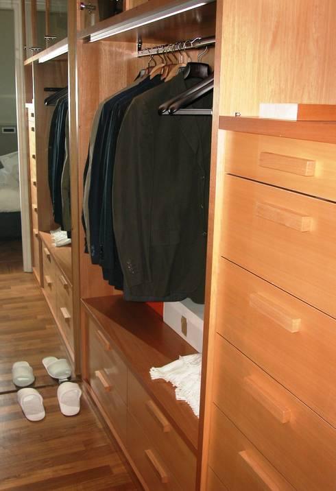Cabina armadio con scarpiera di falegnameria ferrari homify - Cabina armadio con finestra ...