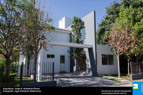 FACHADA: Casas de estilo moderno por Excelencia en Diseño