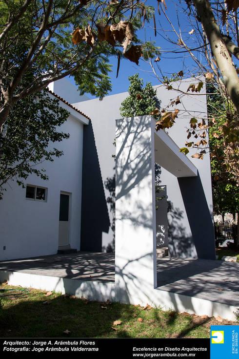 COCHERA: Garajes de estilo moderno por Excelencia en Diseño