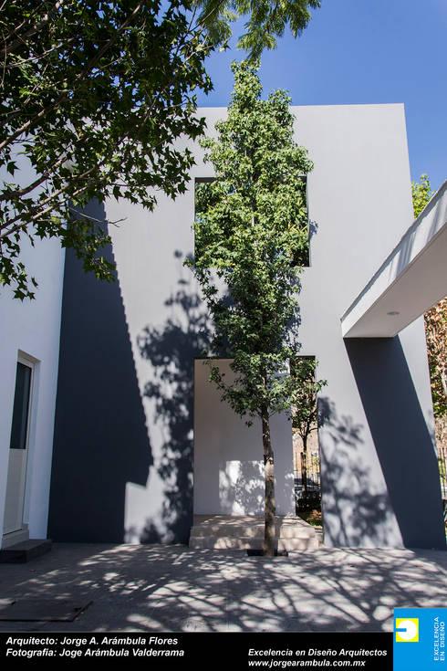 GARAGE: Garajes de estilo moderno por Excelencia en Diseño