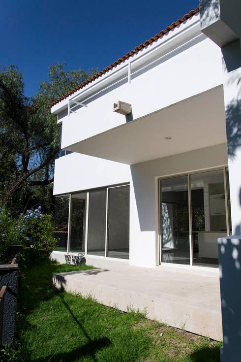 TERRAZA : Casas de estilo moderno por Excelencia en Diseño