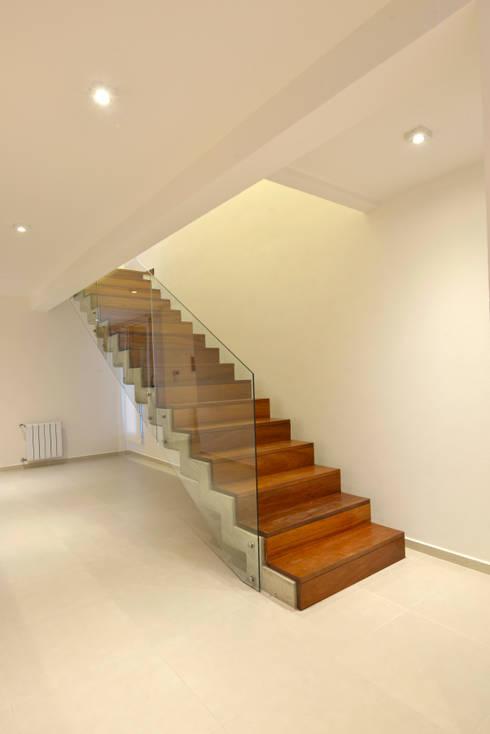 Casa  S+M : Pasillos y recibidores de estilo  por BSBarqs.