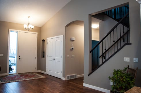 Main Floor Entranceway:  Corridor & hallway by Drafting Your Design
