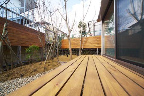 室内に広がりや奥行きをもたらしてくれる庭の存在: 株式会社 建築工房零が手掛けた庭です。