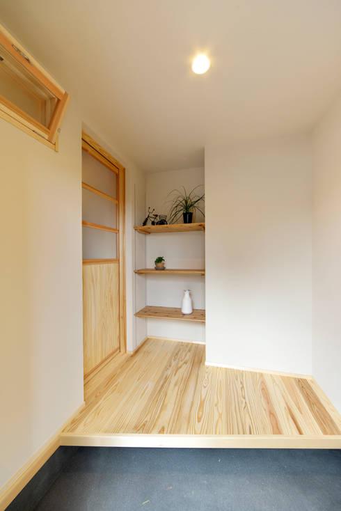 塗り壁が凛とした空気をつくりだすシンプルな玄関: 株式会社 建築工房零が手掛けた廊下 & 玄関です。