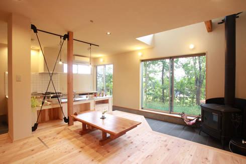 室内に飛び込む緑の借景: 株式会社 建築工房零が手掛けたです。