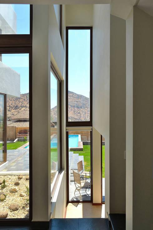 Pasillos y recibidores de estilo  por Marcelo Roura Arquitectos