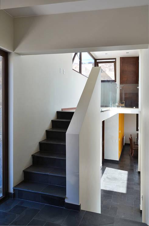 Pasillos y vestíbulos de estilo  por Marcelo Roura Arquitectos