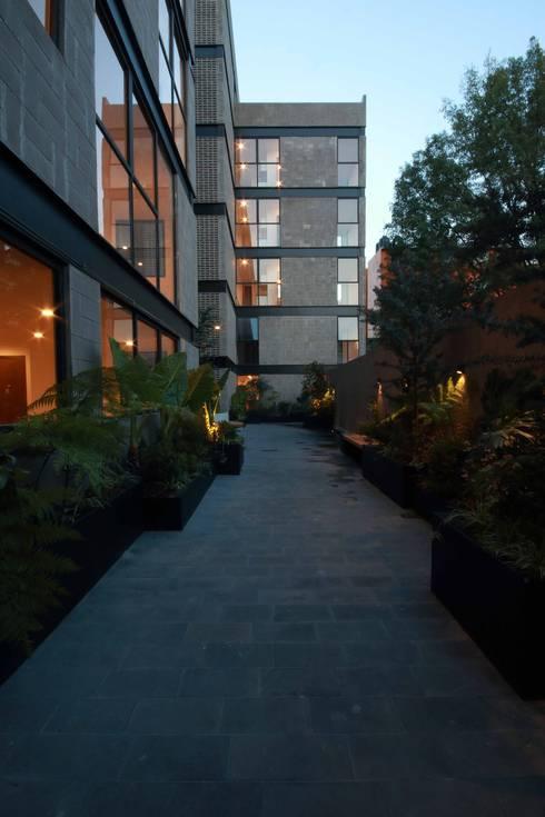 Plaza Central: Pasillos y recibidores de estilo  por Wolff Arquitectura