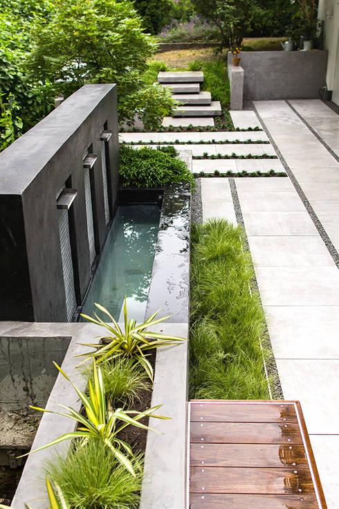 moderne terrasse mit wasserfall sitzbank und. Black Bedroom Furniture Sets. Home Design Ideas