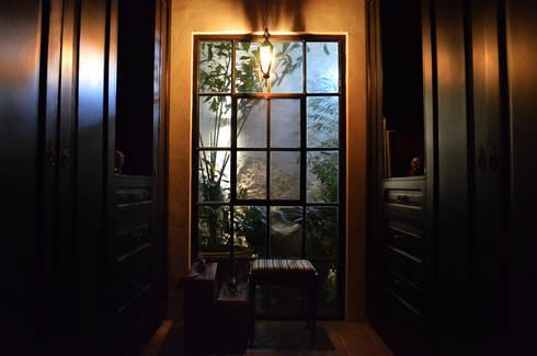 Casa 56: Vestidores y closets de estilo colonial por Workshop, diseño y construcción