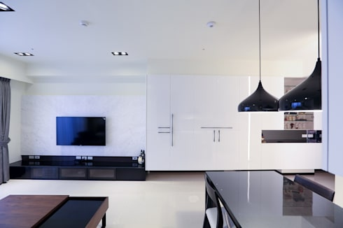 PURE‧乾淨而純粹 :  客廳 by 微自然室內裝修設計有限公司