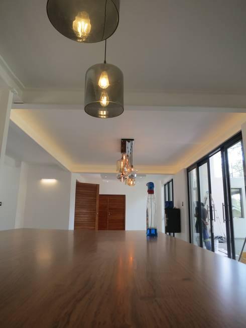 House Moosa: modern Kitchen by Urban Habitat Architects