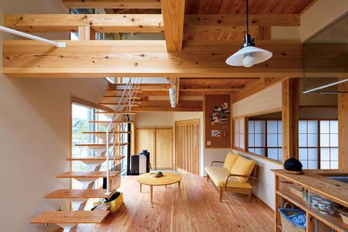 穏やかな安心感のある木組みと和室: 株式会社 建築工房零が手掛けたリビングです。