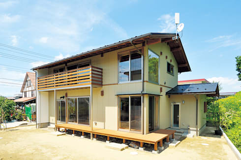 自然の中でイキイキと佇む: 株式会社 建築工房零が手掛けた家です。