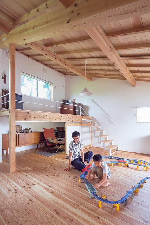 Ruang Keluarga by 株式会社 建築工房零