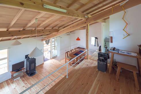 室内の高低差を楽しむ: 株式会社 建築工房零が手掛けたリビングです。