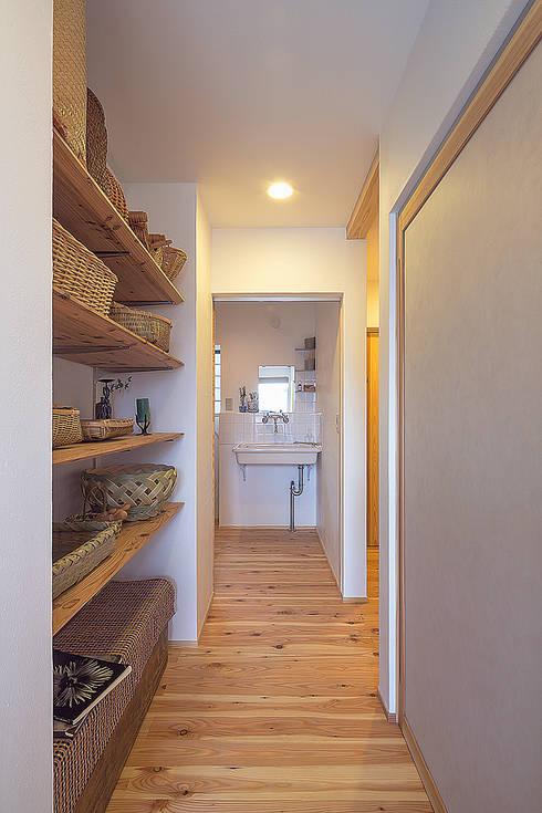 プライベートな空間を1階に: 株式会社 建築工房零が手掛けた廊下 & 玄関です。