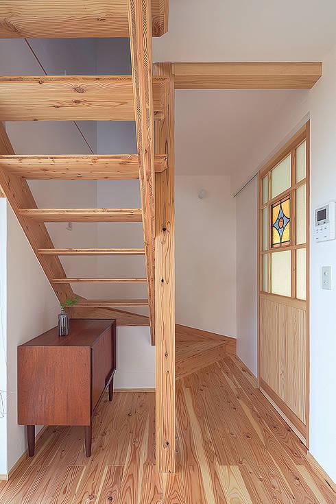 北欧家具が似合う無垢と漆喰の空間: 株式会社 建築工房零が手掛けた廊下 & 玄関です。